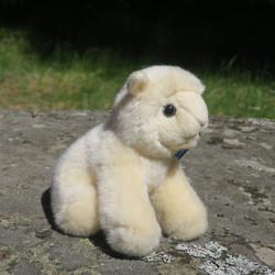 Pehmolelu lammas, karitsa. Turvasta häntään 16cm,  istumakorkeus 13cm
