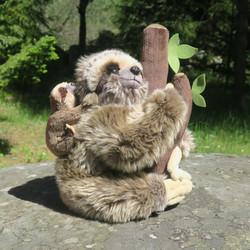 Pehmolelu laiskiainen ja  poikanen selässään. Istumakorkeus 23cm