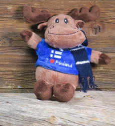 Pehmolelu hirvi, kaulahuivi, paidassa on suomenlippu ja I loveFinland