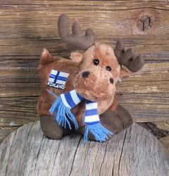 Pehmolelu hirvi, kaulahuivi, kyljessä suomenlippu ja Finland-teksti