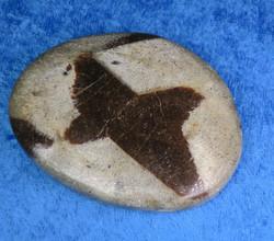 Stauroliitti ristikivi  hiottu amuletti taskukivi n. 48x60mm 57g