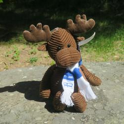 Pehmolelu hirvi 22cm,  vakosamettia, huivissa Finland ja suomenlippu
