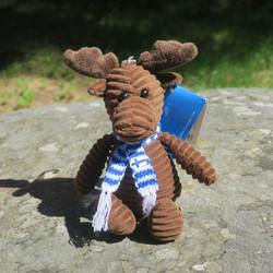 Pehmolelu hirvi 13cm suklaanruskea vakosamettia huivissa suomenlippu
