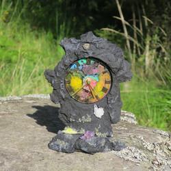 Pöytäkello laavakivi 23cm, värikäs keskusta ja kivikoristelut
