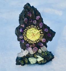 Pöytäkello laavakivi 21cm jossa kivikoristelut. Uniikki!