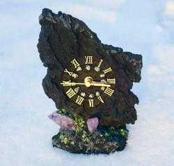 Pöytäkello laavakivi 19cm jossa kivikoristelut. Uniikki!