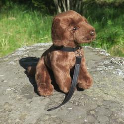 Pehmolelu Labradorinnoutaja ruskea, 25cm, kirsusta hännänpäähän 48cm