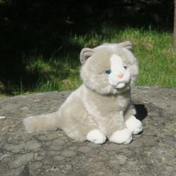 Pehmolelu kissa harmaa-valkoinen istuva 20cm