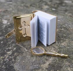 Kirja Raamattu minikokoinen matkaraamattu ja suurennuslasi