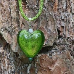Riipus vihreä 27mm foliolasisydän 45cm nahkanauhassa hopealukko
