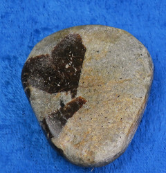 Stauroliitti ristikivi hiottu amuletti taskukivi 23g 42x35mm