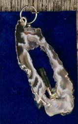 Riipus akaattisiivu, jonka keskellä vihreä turmaliini nro TURV4