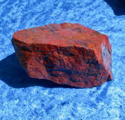 Jaspis punanen Kittilä Suomi raaka 770g 125x70x65mm Hi22M