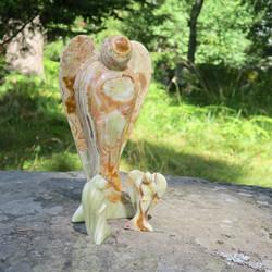 Onyksmarmori enkeli vaaleanvihreän ja ruskean raidallinen 115g 77mm