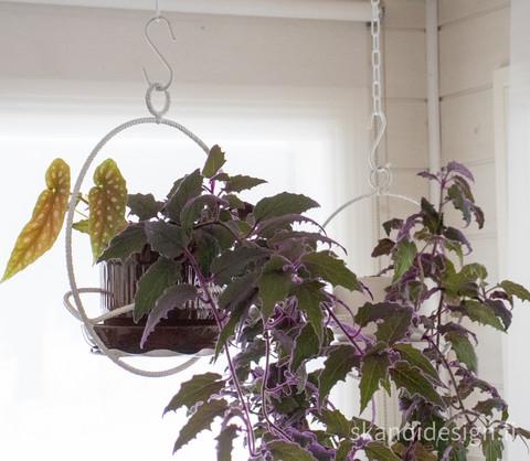 Vanha kukka-amppeli / kukkateline, maalattu metalli