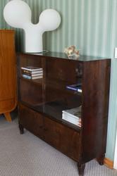Vanha kirjakaappi lasiliukuovilla ja alakaapilla