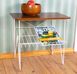 String tyylin vintage radiopöytä lehtitelineellä