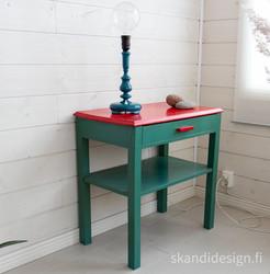 Vanha persoonallinen sivupöytä