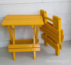 Pienet kokoontaitettavat pöydät / kukka-alustat. Myydään parina