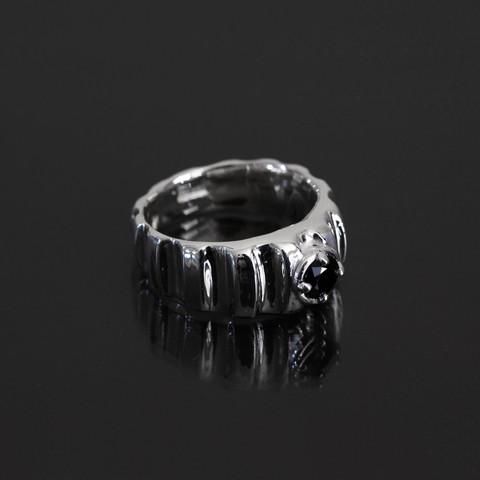 Mustaa-kivisormus, musta spinelli