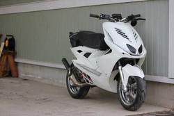 Tun'r etukate, Yamaha Aerox, valkoinen