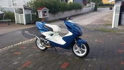 Penkinpäällinen valko/musta, Yamaha Aerox