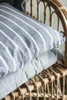 Ib Laursen sinivalkoraitainen tyynynpäällinen 50 x 50 cm, vetoketju sivussa