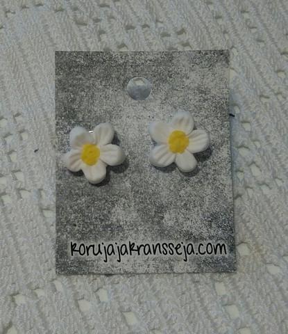Valkoiset kukkakorvakorut, nappimalli