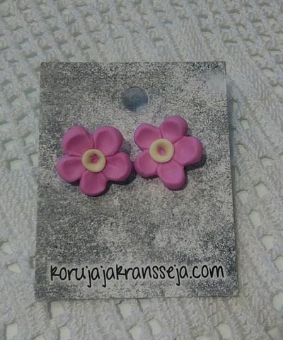 Pinkit kukkanappikorvakorut