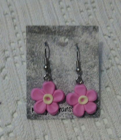 Pinkit roikkuvat kukkakorvakorut