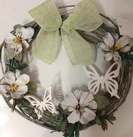 Valkoinen kukkakranssi