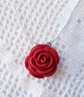 Punainen ruusukaulakoru