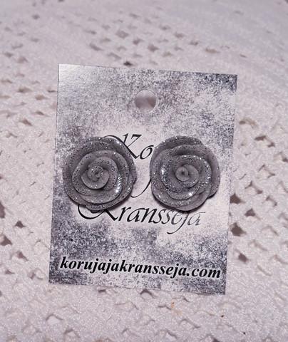 Harmaa ruusu nappikorvakoru