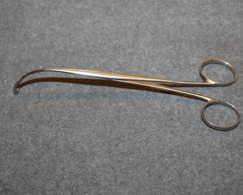 Kirurgin kalvopihdit, kaarevat, pitkät.