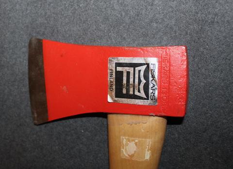 Fiskars 1305 axe, wooden shaft, unissued