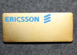 Ericsson, nimikilpi, sininen teksti