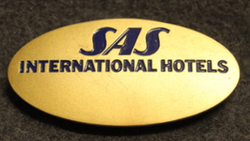 SAS, International hotels nimikilpi, sininen teksti
