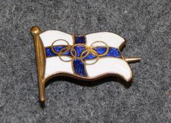 Suomen lippu olympiarenkailla.