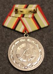 DDR Verdienstmedaille der Organe des Ministeriums des Innern, Itäsaksalainen mitali. Hopea