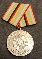 DDR Verdienstmedaille der Organe des Ministeriums des Innern, Itäsaksalainen mitali. Hopea, ilman rasiaa