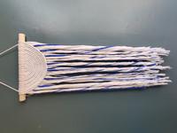 Sinivalkoinen makramee-seinävaate