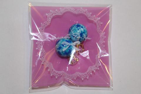 BB-korvakorut kivellä, sinivalkoinen marmorikuvio