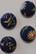 Kukkanapit (tummansin. pohja)