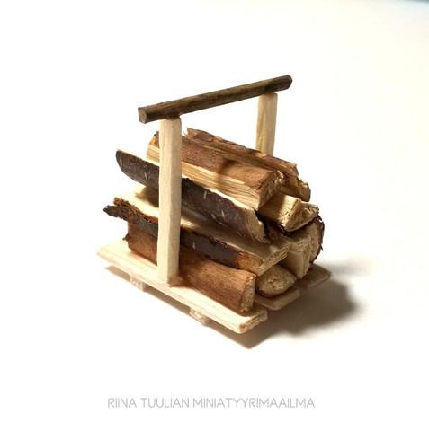 Puinen puunkantokori + halot