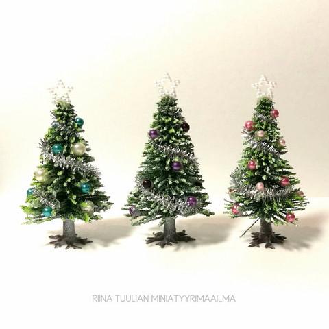 Nukkekodin Joulukuusi, kork. 8 cm - Erilaisia