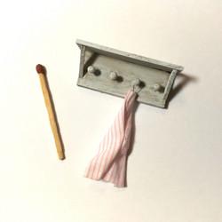 Nukkekodin Naulakko pyyhkeellä - Vintage valkoinen